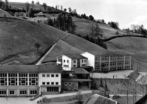 Luthern Dorf, neues Schulhaus, eingeweiht 28. Juni 1959, Foto Ludwig Banz  (LD 23)