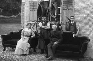 Hofstatt, Sattler Bürkli Gottfried vor Haus Kobali vis ä vis Schachen Pinte, Foto Glarner Fieger, Glarus um 1925  (HW 4)