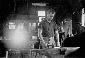 Luthern Dorf, Schmied Josef Achermann am Amboss, um 1960  (HW 10)