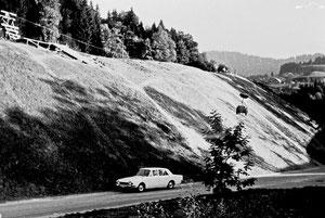 Luthern Bad, Ausbau Hauptstrasse, sichtbare Entwässerungsleitungen an den grossen Böschungen  (LBS 12)