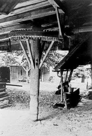 Hofstatt, Gängli, Holzgöppel für Dreschmaschinenantrieb unter der Bühneneinfahrt, Foto, J. Zihlmann  (LW 12)