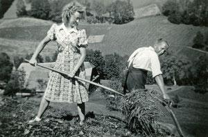 Luthern Bad, Hinter Enzi beim Heuen, Blättler Trudy aus Basel im Landdienst, Peter Siegfried als Sensenmäher um 1940  (LW 5)