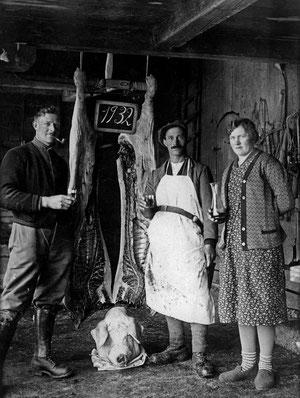 Luthern, Metzgete im Gernet 1932, links Zemp Robi, Metzger Xaver Birrer, Rosa Kneubühler-Zemp  (HW 7)