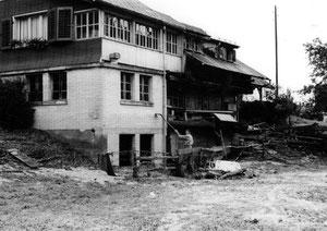 Luthern, Isidor Birrer zeigt den Wasserstand beim Wolfmättli, Überschwemmung 24. Juli 1972  (UW 8)