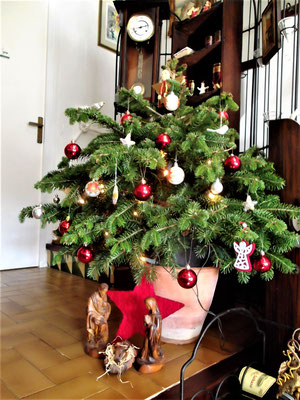 deutsch_geschmückter_weihnachtsbaum_in_Katalonien