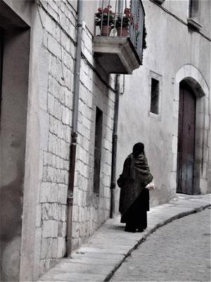 Eine Gasse mit Frau im jüdischen Viertel
