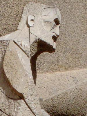 Gaudí als Evangelist an der Passionswand