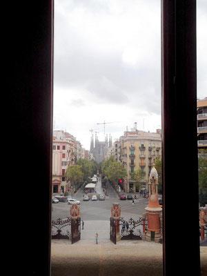 Blick vom Gang zur Sala d´Actes auf Avinguda Gaudi und Sagrada Familia