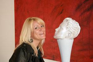 Die Autorin Gisela Bauer liebt Kunst in all ihren Formen und Farben