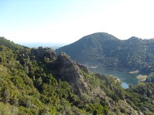 le barrage de l'Alesani, au loin la mer