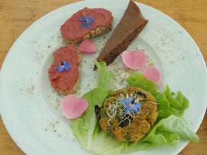 Au menu: Hommos rose, galettes végétales, soupe de concombre à la menthe, gateau soyeux au chocolat arrosé d'une sangria d'hibiscus