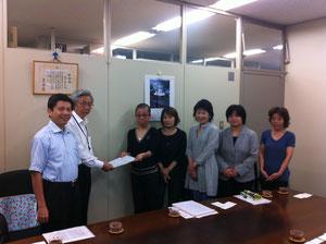 犬猫を守る大阪市民の会の皆さんと要望書を手渡しました