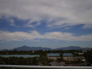 屋上から米山(左)と尾神岳(右)を望む(画像をクリックして拡大)