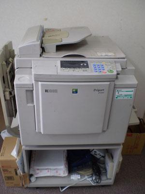 事務室に響き渡る甲高い印刷音が印象的でした