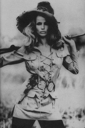 Franco Rubartelli, Verushka indossa la tenuta Safari di Yves Saint Laurent, 1968