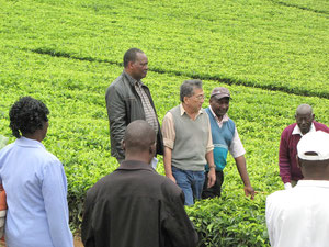 農家代表のチェアマン、紅茶生産者と一緒に
