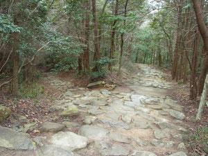 左:教林寺からの路 右:観音正寺参道