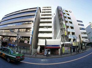 早稲田通りを渡ったところから私たちの入るマンションを撮影してみました♪