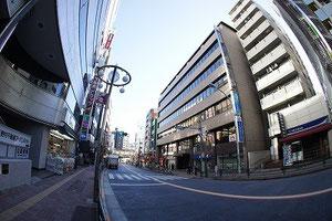 藤和高田馬場コープⅡ(写真右端)は駅(写真奥)からすごく近いんですよ♪お隣のHISも目印です