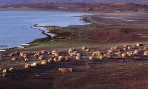 """Villaggio EL MOLO sulle rive del lago Turkana. Il popolo degli EL MOLO conta attualmente 130 unità """"pure"""". Negli ultimi anni si è assitito al frequente matrimonio con giovani di altre tribù, di solito con i Turkana che abitano la sponda del lago."""