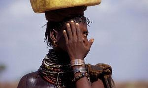 Donna Turkana trasporta acqua