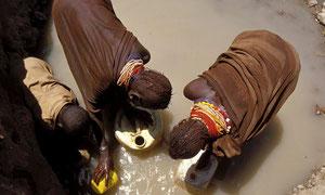 Donne Turkana prendono acqua ad un pozzo