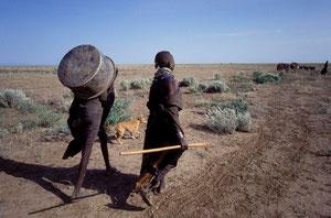 Ragazze Turkana durante una migrazione
