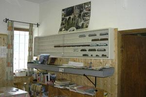 La sala riunioni con le vetrine, il percorso per la prova del materiale rotabile e lo scaffale delle riviste e dei libri di modellismo ferroviario