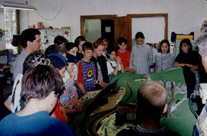 Eine Schulklasse zu Besuch am Tag der offenen Tür