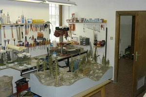 L'officina con gli utensili e le macchine per la realizzazione di plastici