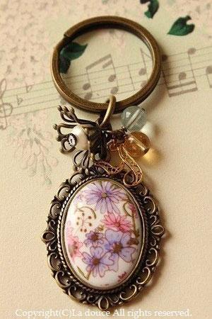 ヴィンテージお花と天然石のイニシャルキーホルダー