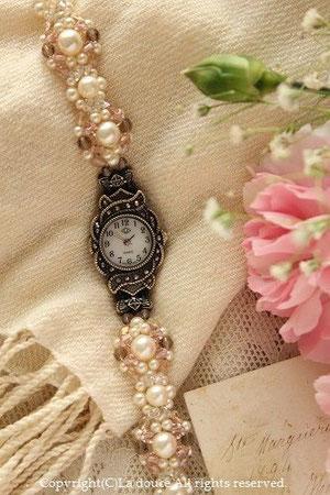 ピンクとパールのアンティーク風ブレスレットみたいな時計