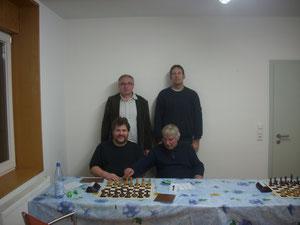 Unsere 1.Mannschaft: Sitzend: Udo Wallrabenstein und Wolfgang Hoffmann, stehend: Heinrich Liebing und Frank Paulicks (von links nach rechts)