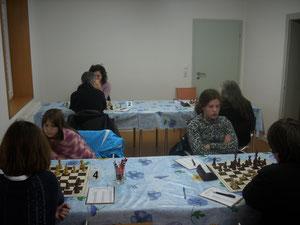Wir spielen in der Frauen-Regionnalliga gegen Düsseldorf: Vorne: Maja (Brett 4) und Sonja Wallrabenstein (Brett 3) und hinten Elena Wallrabenstein (Brett2)
