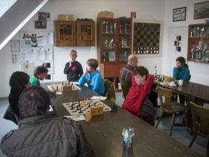 Wir liegen 0:1 hinten - es spielen noch: Yannick Pfeiffer, Konstantin Degkwitz und Sonja Wallrabenstein (von links nach rechts jeweils auf der rechten Seite der Tische sitzend)