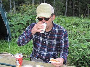 コーヒーを飲みスパゲティパンを食べる私。