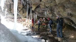 岩井滝 凍りついた滝を裏から見る