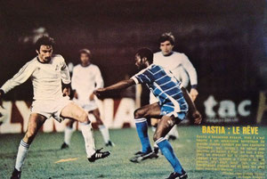 Roger MILLA dans la défense georgienne (Photo France Football)