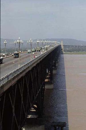 """Brücke über den Jangtse - Chinas Lebensader, auch bekannt als """"gelber Fluss"""" - na ja, gelb ist was anderes"""