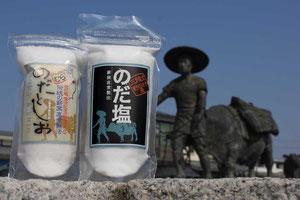 窯に薪をくべて、海水を数日間煮詰めて作る「のだ塩」は、江戸時代、盛岡や雫石、鹿角地方まで運ばれ、米やアワなどの穀物と交換されました。牛の背に積んで運んだことから、行商人は「野田ベコ」の名で親しまれました。