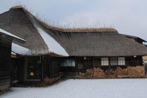 築160年の南部曲り家民宿&カフェ 「苫屋」。宿にはテレビも電話もなく、予約はなんとハガキか手紙のみ。野田村にはこうした歴史・文化に触れられる施設が数多く残ります。