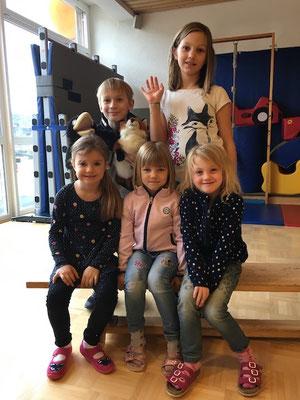 Kinder der 4. Klasse übernehmen eine Gruppe Kindergartenkinder...