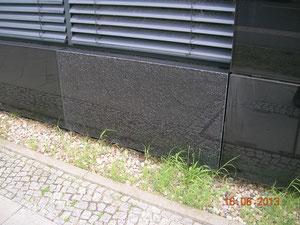Soltecture Neubau, Glasbruch eines Moduls der Fassade des Verwaltungsgebäudes, 16.6.2013