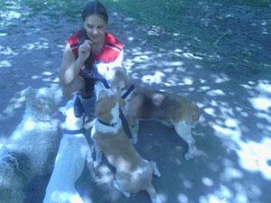 Mia und Nando mit ihrer Sitterin Sabine und ihren Kumpels Charly und Kenny
