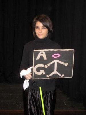 Sarah Fernandez-Gomez mit dem Logo unserer AG Schwarzlichttheater