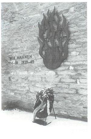 Das Mahnmal an der Außenfassade der Heldener Kirche