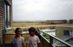 Fotografía tomada desde la calle los Alpes en el año 1990 donde se aprecia el centro de salud recién construido y el antiguo barrio que existía detrás de la vía
