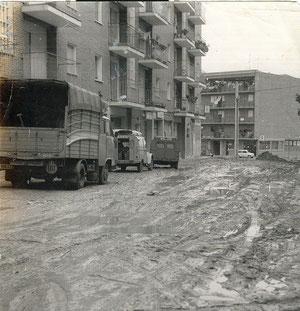 Calle Guindales 1965 (al fondo calle Cáceres, actual edificio del Inem)