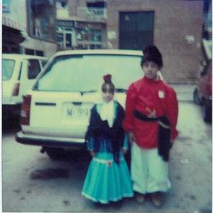 Carnavales 1983, detrás el antiguo transformador que daba a la calle Fuenlabrada