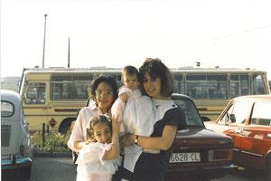 1987 detrás del autobús estaría la carret6era y el hospital